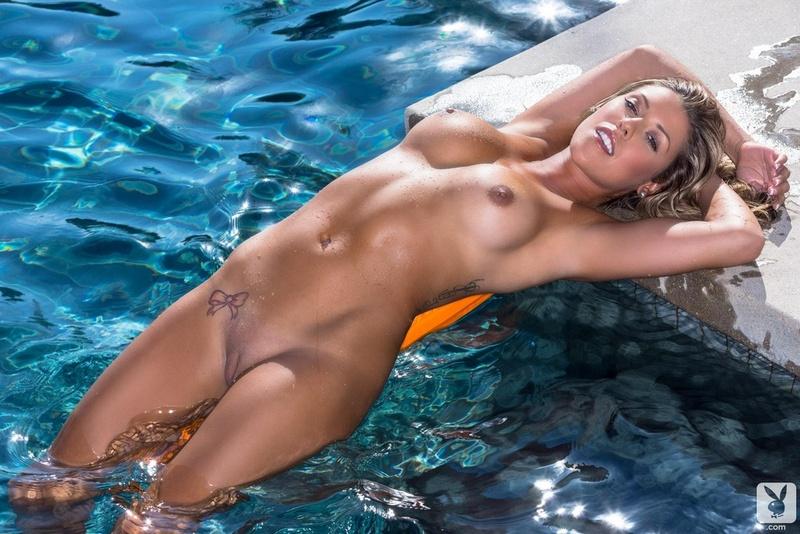 голие девушки в бассейне