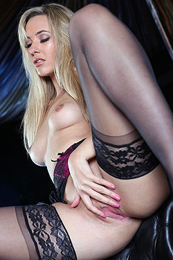 Blonde Babe Sophia Knight